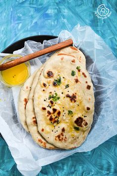 This Easy Instant Yeast Free Whole Wheat Naan is basically a simple naan recipe made on tawa with yogurt and some baking soda. Naan Recipe Video, Naan Bread Recipe Easy, Nan Recipe, Recipes With Naan Bread, Easy Naan Bread Recipe No Yeast, Butter Naan Recipe, Roti Recipe, Naan Sans Gluten, Gluten Free Naan