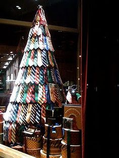 Natal é festa no varejo e a decoração da loja sempre gera ansiedade. A Vitrine Mania fez a sua própria seleção de vitrines e ideias para a decoração de lojas para o Natal. Aproveite! #natal #vitrinenatal #vitrinedenatal #decoracaonatal #varejo #vitrinismo #vitrine Christmas, the retail big party! What do you think about our window displays selection?