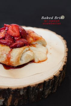 Yum! Baked Brie with Roasted Strawberries from @moxiethrift on etsy Bergman / Freutcake.