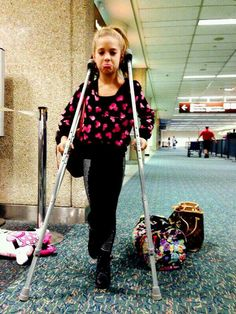 Payton's crutches are as big as Mackenzie Dance Moms Mackenzie, Mackenzie Ziegler, Maddie Ziegler, Mack Z, Dance Moms Dancers, Dance Company, Sweet Girls, Singer, Actresses