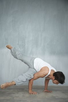 Gedraaide Schaar (Eka Pada Koundinyasana I) Yogahouding - Yoga online Yoga Man, Yoga For Men, Mindfulness Retreat, Living Yoga, Yoga Pictures, Online Yoga, Yoga Photography, Live Laugh Love, Asana