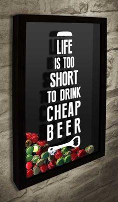 Quadro para Tampinhas de Cerveja - Life is too short do drink cheap beer 2  Com o desenho de uma garrafa de cerveja formada pelo texto  #quadroportatampinhas  #quadroparatampinhas #cerveja  #portatampinhas  #espaçogourmet  #beer  #quadronovo