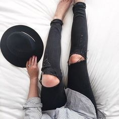 Ripped knee jeans really add to a simple outfit, and can really make it look liked you've tried! Fashion Mode, Look Fashion, Winter Fashion, Fashion Outfits, Womens Fashion, Fashion Trends, Inspiration Mode, How To Pose, Mode Vintage