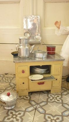 Someone's been cooking in my kitchen! Antique Dollhouse, Dollhouse Toys, Dollhouse Miniatures, Miniature Crafts, Miniature Dolls, Toy Kitchen, Kitchen Stove, Mini Kitchen, Old Fashioned Toys