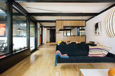 Et arkitekttegnet hus fra 1960 er ført tilbage til rødderne af et ungt par, der…