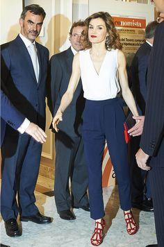 """Pour présider avec son royal époux le déjeuner anniversaire de """"elEconomista"""", la reine Letizia d'Espagne avait assorti son rouge à lèvres à ses sandales."""