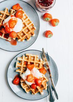 Deze luchtige kwarkwafels met aardbeien zijn een goede start van de dag. Ze zijn lekker licht, fluffy en glutenvrij. Wil je het recept?