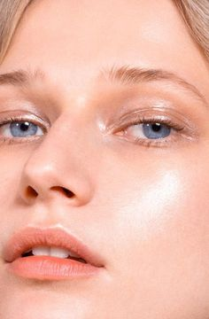 Neutral glossy make up look, wont compete with hair color Glossier's New Highlighters Will Give You Glowing Skin and Good Vibes Glowy Makeup, Nude Makeup, Natural Makeup, Beauty Makeup, Hair Makeup, Hair Beauty, Glossier Models, Glossier Campaign, Glow Skin