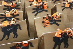 Halloween treat bags using chalkboard paper Bonbon Halloween, Halloween Gift Bags, Fröhliches Halloween, Homemade Halloween Decorations, Spooky Decor, Halloween Goodies, Halloween Trick Or Treat, Halloween Birthday, Holidays Halloween