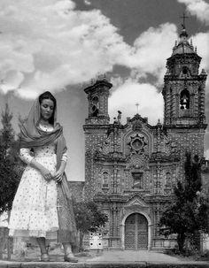 """Maria Felix frente al templo de San Francisco Acatepec (Puebla),durante la filmacion de """"Enamorada"""" con Pedro Armendariz en 1946 dirigida por Emilio """"El Indio"""" Fernandez."""
