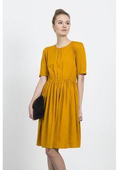 Short sleeved mustard baby doll dress with waist detail / 100% viscose…                                                                                                                                                                                 Más