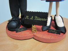 Zapatos de una pareja de fofuchos totalmente personalizados.Estan hechos en goma eva. elenamartinlopez.blogspot.com.