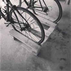 Diy Bike Racks: 14 spôsobov budovania vlastných paletových regálov Paletové terasy a paletové terasy