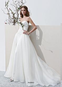 """Collezione Privée 2015 - Elisabetta Polignano Modello """"Palermo"""": abito ampio con strascico finale #wedding #weddingdress #weddinggown #abitodasposa"""