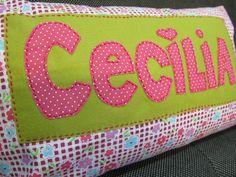Almofada com aplicação em feltro e tecido para quarto Cecília