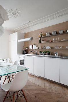Séjour d'un appartement Haussmannien à Paris dans Appartement Haussmannien à Paris . Idée décoration de salles à manger Design et Contemporaines sur Domozoom.