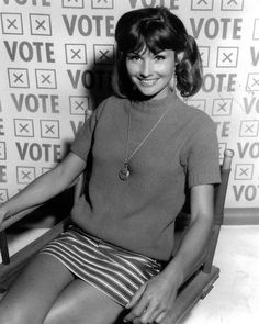 Lori Saunders from Petticoat Junction, Mara of the Wilderness Petticoat Junction, Lori Saunders, Old Tv Shows, Fashion Tv, Old Hollywood Glamour, Famous Women, Famous People, Classic Tv, Celebs