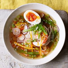 Bij het zien van deze soep beginnen we direct te watertanden! Deze rijkgevulde noedelsoep bast van de smaken zoals gember, chili, steranijs en soja. Serveer 'm vanavond!  1 Kook de eieren half zacht. Laat ze schrikkenpel ze en houd ze apart.  2...