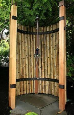 Bambos can be an awesome screen for your outdoor shower area. Bamboos are perfect material for patio decor and you can use them any where in your garden. However, this outdoor shower area is perfectly covered and adorned with these bamboos. Outdoor Baths, Outdoor Bathrooms, Bamboo Privacy Fence, Yard Privacy, Outside Showers, Outdoor Showers, Garden Shower, Bamboo House, Bamboo Tree