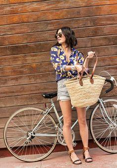 un sac à main en paille bine combiné avec une chemise colorée