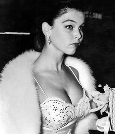 Yvonne Craig Look Retro, Look Vintage, Classic Actresses, Female Actresses, Twin Peeks, Yvonne Craig, Hollywood Celebrities, Female Celebrities, Famous Women
