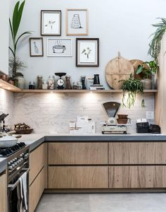 Een open keuken met fotolijsten en spotjes An open kitchen with photo frames and spots Kitchen On A Budget, Home Decor Kitchen, Rustic Kitchen, New Kitchen, Kitchen Dining, Kitchen Cabinets, Kitchen Ideas, Kitchen Industrial, Awesome Kitchen