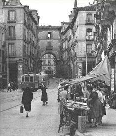 puestos calle toledo vease el detalle del tranvia Old Pictures, Old Photos, Vintage Photos, Antique Photos, Foto Madrid, Spain Images, Portugal, World Cities, Largest Countries
