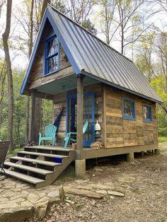 Tiny House Talk, Tiny House Cabin, Log Cabin Homes, Tiny House Living, Tiny House Design, Small House Plans, Small Log Cabin, Tiny Cabins, Cabins And Cottages