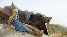 """Entre todas as personagens de """"Game of Thrones"""", seriado-sensação da TV mundial, Daenerys Targaryen (interpretada pela atriz Emilia Clarke) é provavelmente a que usou a maior variedade de figurinos. Enquanto a maioria dos heróis da série seguiu, pelo menos até o momento, certo estilo de vestuário, elamudou sua forma de vestir de acordo com o desenvolvimento da sua personagem: de tímida princesa exilada à temida rainha na Baía dos Escravos, passando pela Khaleesi Dothraki. Além de se…"""