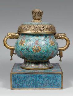 """Important brûle-parfum archaïsant de forme """"gui"""" sur une base carrée en bronze et cuivre doré et émaux cloisonnés. Chine, XVIIIe"""