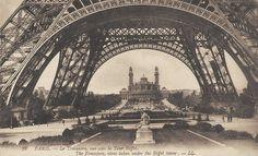 L'ancien Trocadéro de sous la Tour Eiffel vers 1900.