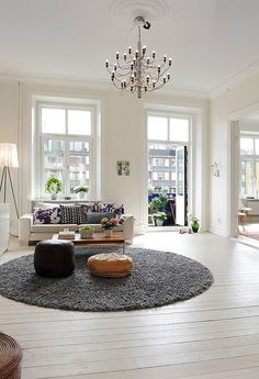 Large round rug, great furniture arrangement