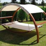 Enjoy a little fresh air without having to scorch your skin under the unrelenting sun by taking shelter under the canopy swing bed. Ideal for any backyard, it provides a comfortable resting spot ou… Outdoor Spaces, Outdoor Living, Outdoor Decor, Outdoor Swings, Porch Swings, Canopy Swing, Swing Beds, Canopy Crib, Deck Canopy