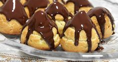 Renowned for their delicacy, the profiteroles are sweet to taste to conclude an elegant lunch or dinner with good taste and good food. Cute Food, Good Food, Yummy Food, Baking Recipes, Cake Recipes, Cannoli, Food Cakes, Limoncello, Delish
