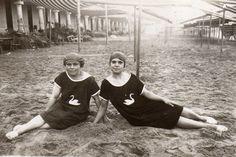 """""""Tina Bueno Serrano y su tía Antonia en la Concha, San Sebastián, en el verano de 1917"""""""