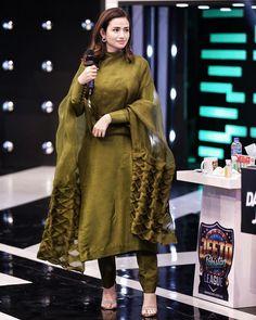 Pakistani Fashion Party Wear, Pakistani Outfits, Indian Outfits, Simple Pakistani Dresses, Pakistani Dress Design, Salwar Suits Simple, Stylish Dress Designs, Stylish Dresses, Fashion Dresses