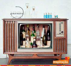 Reutilização de televisão antiga como bar e mesa de apoio para compor a #decoração de forma criativa.