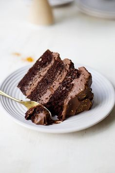 The Perfect Chocolate Fudge Layer Cake // The Sugar Hit chocolate recipes Salted Caramel Chocolate Cake, Chocolate Caramels, Chocolate Recipes, Chocolate Buttercream, Chocolate Roulade, Chocolate Smoothies, Chocolate Shakeology, Lindt Chocolate, Chocolate Crinkles