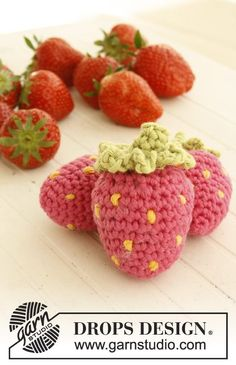 """Tutti frutti - Crochet DROPS fruit and vegetables with basket in """"Paris"""". - Free pattern by DROPS Design"""