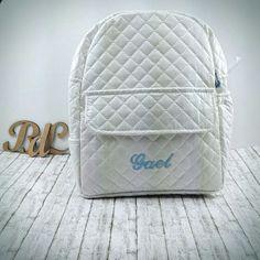 Preciosas mochilas plastificadas con el nombre del bebé, un regalo personalizado e inolvidable. Disponible en varios colores y se puede encontrar en www.regalosbebedeluna.com