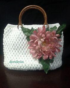 Çantalık şerit iplerlerden şık bir yaz çantası. Sevgili İnci Hanım başladı çanta örmeye bir kere. Şimdi onu tutabilene aşk olsun. E tabi bu kadar güzel örünce devamı gelir. Elleri dert görmesin.