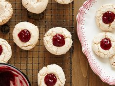Classic German Christmas Cookies Haselnussmakronen - These raspberry-hazelnut macaroons require just five ingredients and are extremely no-fuss.Haselnussmakronen - These raspberry-hazelnut macaroons require just five ingredients and are extremely no-fuss. Delicious Cookie Recipes, Holiday Cookie Recipes, Yummy Cookies, Holiday Cookies, Holiday Baking, Christmas Baking, Dessert Recipes, Mint Cookies, Meringue Cookies