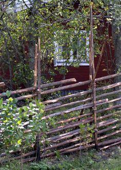 Riukuaita on kuulunut vuosisatoja suomalaiseen maalaismaisemaan. Red Cottage, Garden Cottage, Home And Garden, Outdoor Projects, Garden Projects, Photo Images, Garden Fencing, Garden Care, Yard Landscaping
