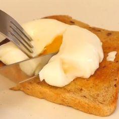 Een ei pocheren lijkt moeilijk, maar met dit filmpje wordt het kinderspel! Ga aan de slag met wat huishoudfolie en kokend water je hebt zo een lekker gepocheerd ei voor op een toast.