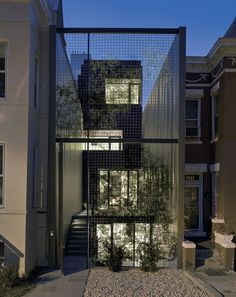 "A ""living wall""—a metal screen covered in vines set back from the sidewalk, allowing for a private courtyard between the street and the house's actual front wall Small Buildings, Modern Buildings, Villa Design, Modern House Design, Interior Tropical, Exterior Design, Facade Design, Modern Exterior, Casa Patio"
