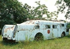 """lonelycoast: """"steampunkvehicles: """"Mystery bus from somewhere in the depths of HAMB (that forum has 3000 pages in one thread alone, took me six months to browse just that thread) """" Fuck me. That bad ass motherfucker is screaming to be rebuilt. Cool Trucks, Big Trucks, Vintage Trailers, Vintage Cars, Vintage Caravans, Auto Retro, Cool Campers, Camper Makeover, Abandoned Cars"""