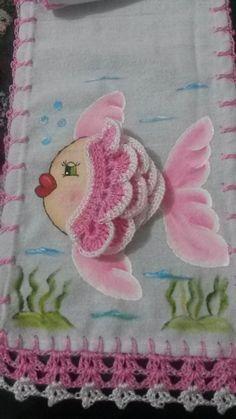 Pano para geladeira com pintura e crochê de peixinho. by elinor