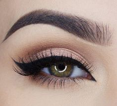 Peachy pink shadows on the lid paired with the darker transition shade in the crease @miaumauve