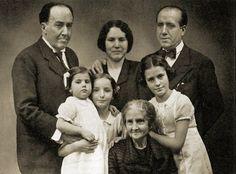 Antonio Machado, su hermano Manuel con su mujer  y 3 hijas y la madre de ambos, Ana Ruiz.