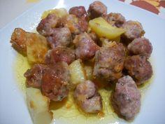 Albóndigas con patatas. Ver receta: http://www.mis-recetas.org/recetas/show/17145-albondigas-con-patatas
